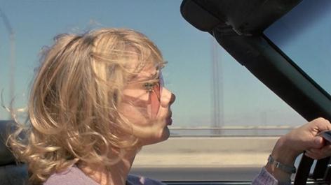 Roberta cruzando el puente