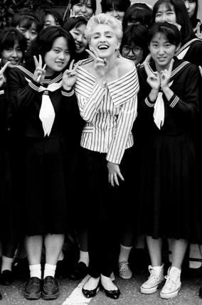 Madonna con un grupo de colegialas en Tokio